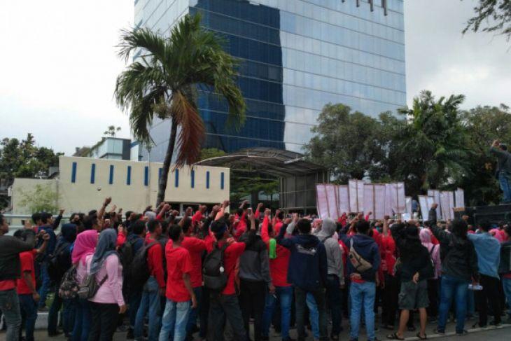 [Media] Korban kecelakaan kerja di-PHK, ratusan buruh berdemo di Toyota